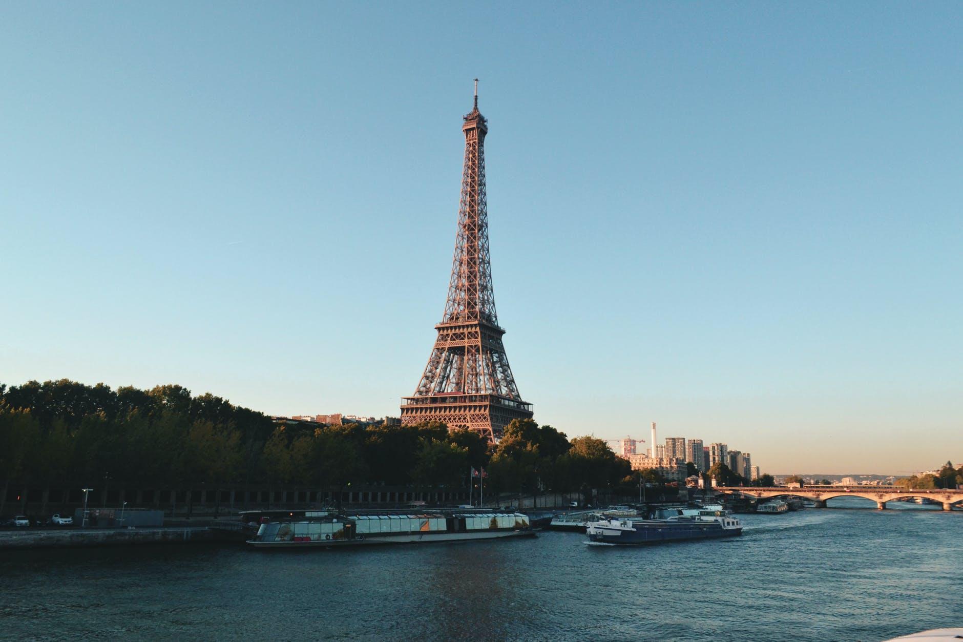 Eifellova věž a řeka