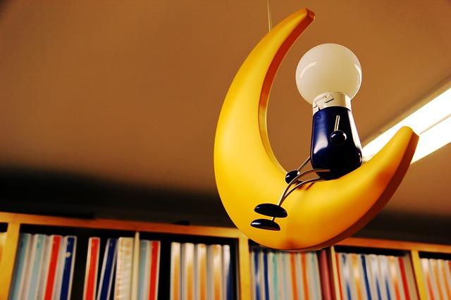 žárovka na měsíci