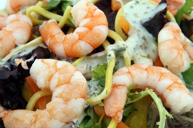 krevety v salátu