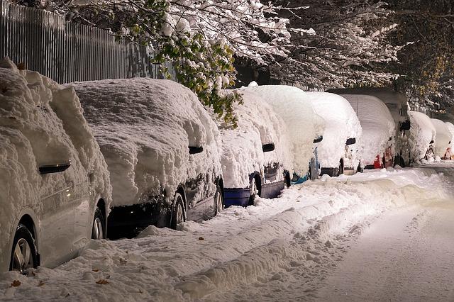 automobily na ulici pod sněhem.jpg