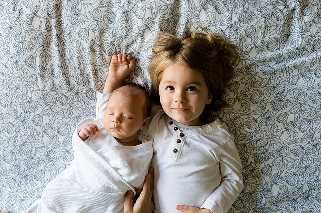 Novorozeně a holčička
