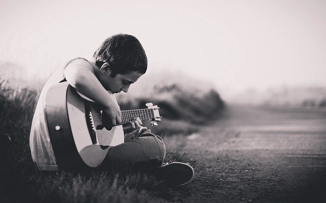 chlapec a kytara