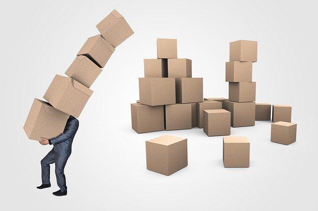 člověk nesoucí spoustu krabic